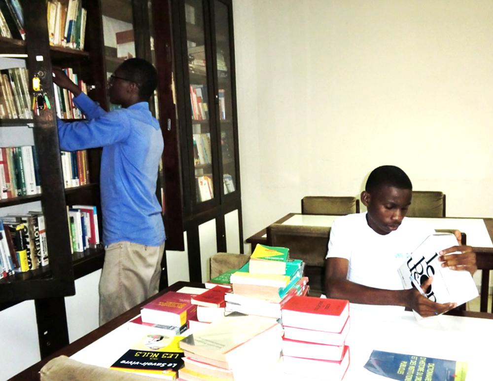 Célestin et Yannick rangent les livres de la bibliothèque (2013)